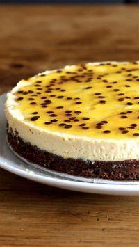 Uma torta mousse de maracujá com um toque especial de brownie de chocolate!