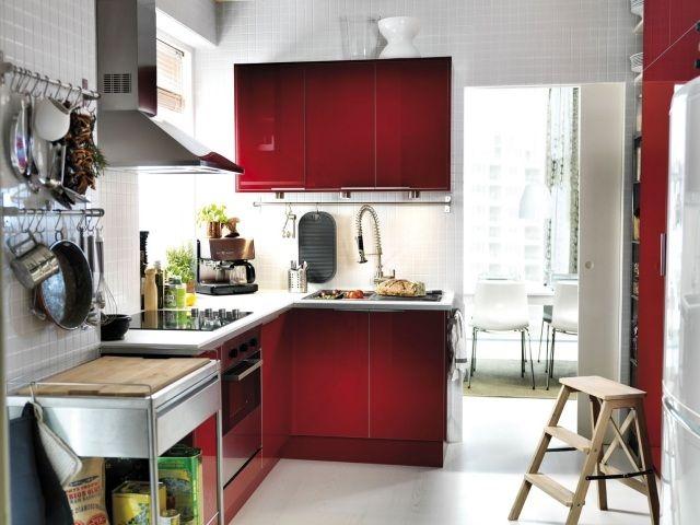 Einrichtungstipps kleine küche ideen l form küchenzeile rot weiße fliesen rückwand