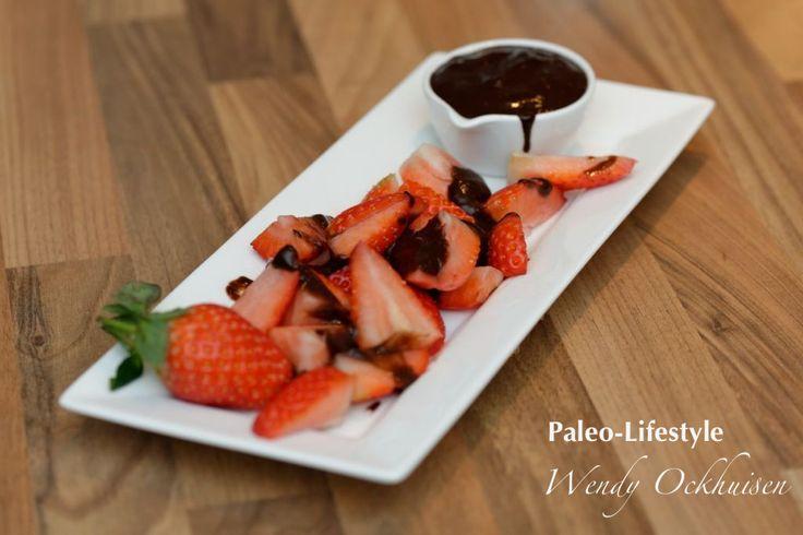 Aardbeien met chocoladesaus - honing kan vervangen worden door rauwe honing of biologische ahorn siroop of nog beter door Lucuma poeder