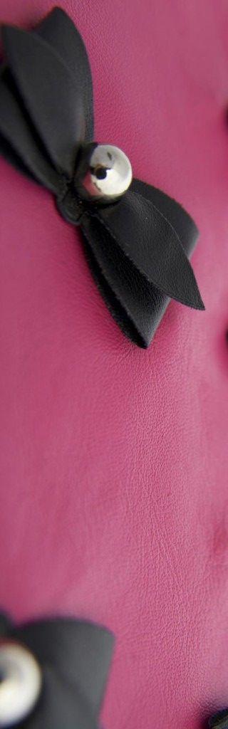 Borchie in ABS con fiocchi neri su pelle rosa fucsia