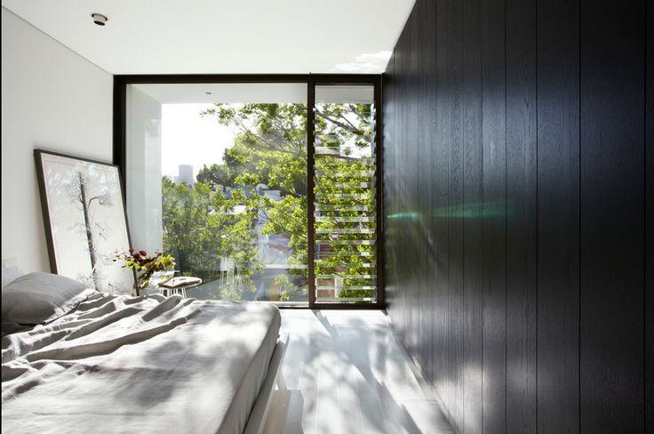 Bố trí ở ngay phòng ngủ, vừa tạo không gian hài hòa với bên ngoài vừa có sự thông thoáng cần thiết. Use lourve window in bedroom to maximize the ventilation & get fresh air.