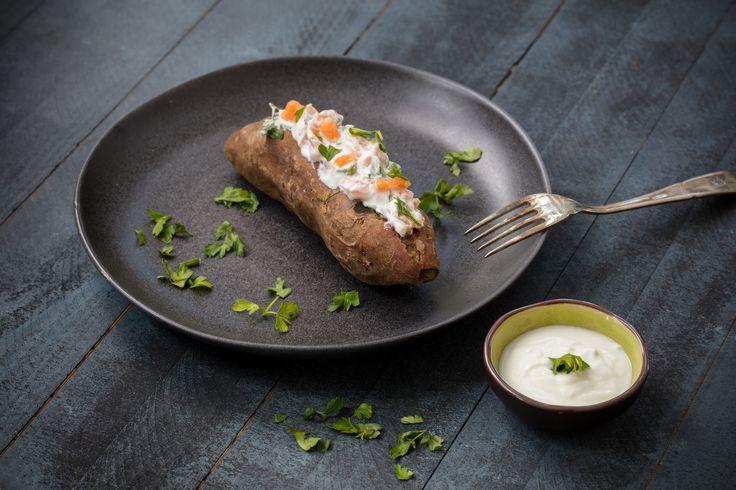 Batata-doce assada recheada com creme de queijo quark Santiago e salmão fumado (versão adaptada do livro Emagreça Sem Fome)