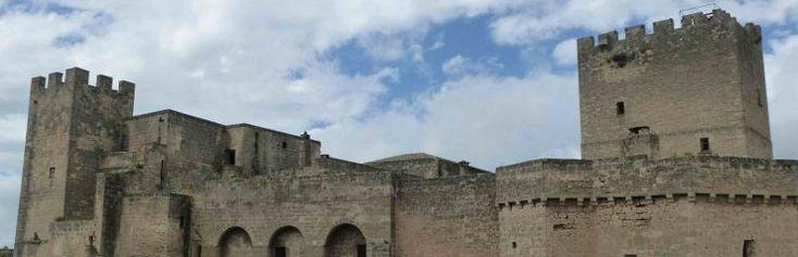 Grottaglie: la città dai mille colori. C'è un posto in Puglia, tra gravine e grotte rupestri, che somiglia alla tavolozza di un pittore: c'è il giallo dorato delle sue uve e il blu del vici...