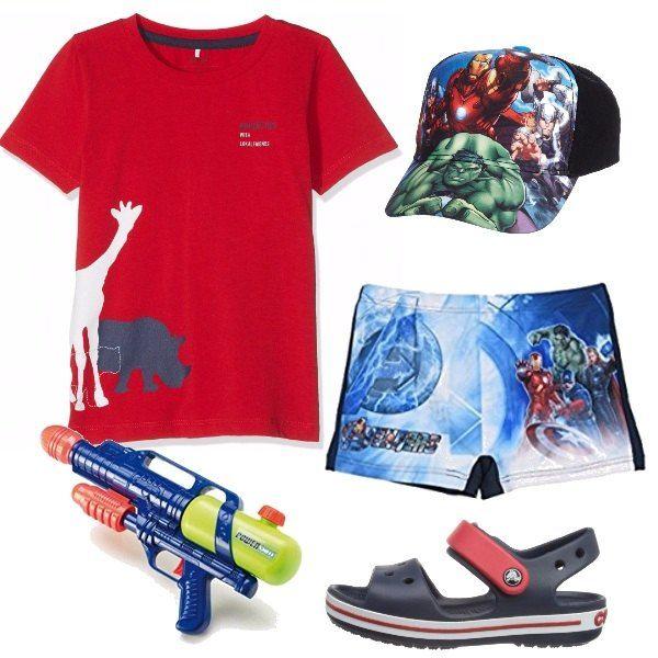 T-shirt rossa stampata, sopra al costume a boxer con i supereroi. Cappellino abbinato al costume, con visiera rigida. Sandali blu e rossi di gomma, antiscivolo, con chiusura a strappo. Pistola ad acqua, adatta per ogni vacanze.