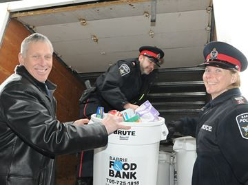 Barrie police give to Barrie Food Bank - Members of The Barrie Police force dropped off 1,280 pounds of food to help the Barrie Food Bank meet their Christmas drive food goal.