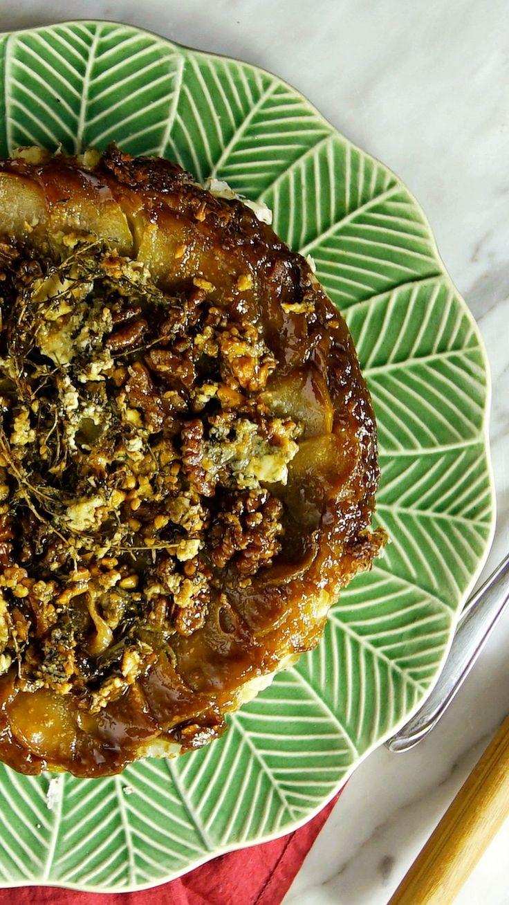 Gorgonzola com pera é uma combinação clássica e deliciosa. Enquanto o queijo é forte e salgado, a fruta é suave e docinha deixando essa torta super equilibrada!