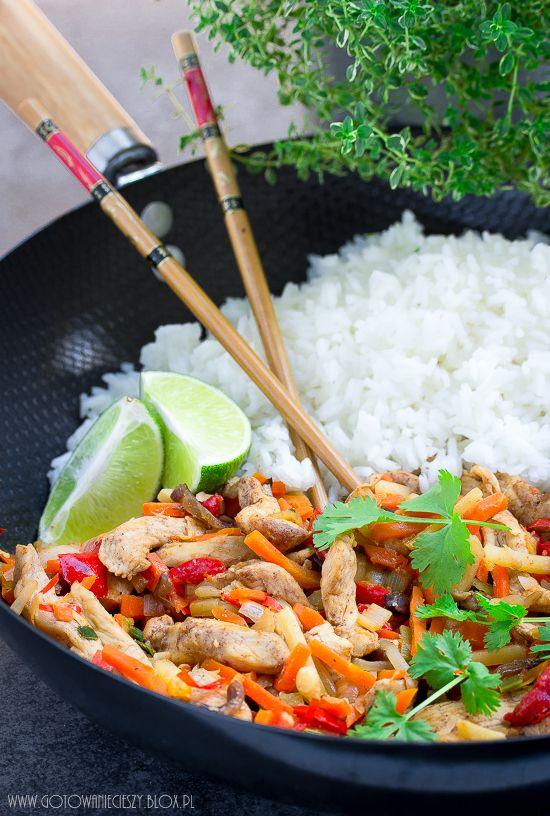 Dziś mam dla Was przepis na szybkiego i smacznego kurczaka po chińsku, którego przygotujecie w nie więcej niż 30 minut. Danie jest lekkie, niskokaloryczne i