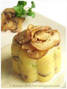 La polenta, solitamente piatto invernale, diventa uno sfizioso antipasto se condito con ingredienti come funghi e servito con una crema...