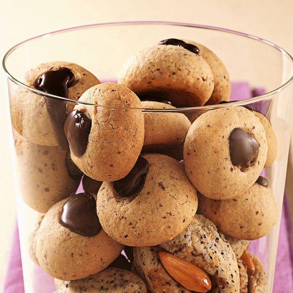 Zum Cappuccino: Die feinen, kleinen Karamell-Kekse werden mit Espressobohnen und Kuvertüre verziert.