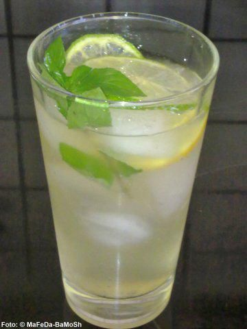 Das perfekte Hugo (alkoholfrei)-Rezept mit Bild und einfacher Schritt-für-Schritt-Anleitung: Ginger-Ale, Holunderblütensirup und Limettensaft mischen, die…