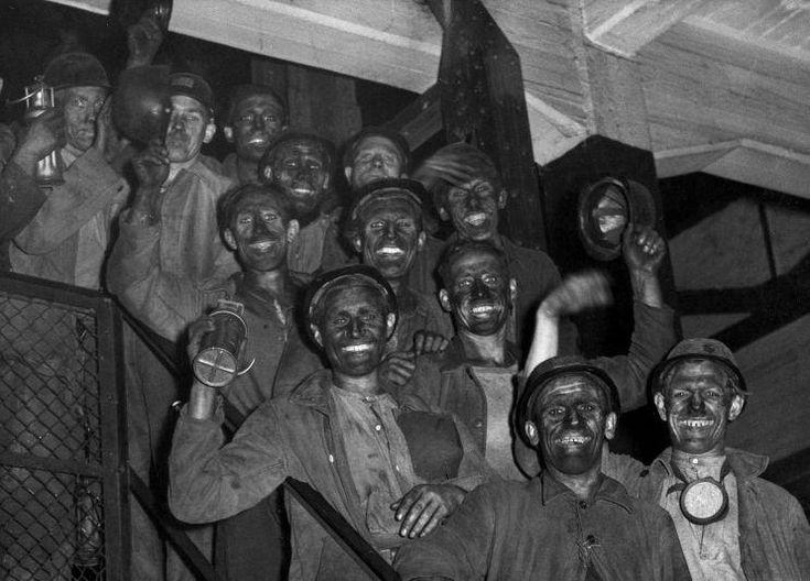 Mineros saliendo de la mina