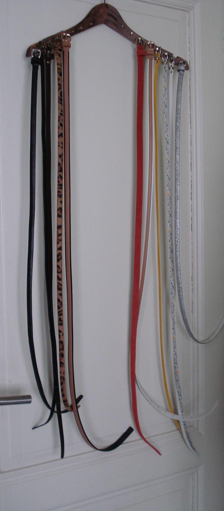 Nooit meer een riem kwijt of in de knoop! Wat heb je nodig? Een houten kledinghanger en wat spijkers, voila je riemen organizer is klaar!