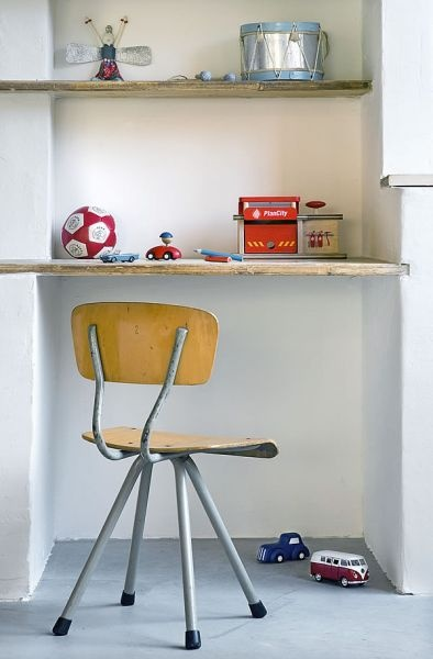 Bij www.grijsengroen.nl is ook wisselend aanbod aan brocante bureaustoeltjes en krukjes te vinden met een industriële uitstraling. Leuk voor de kinderkamer.