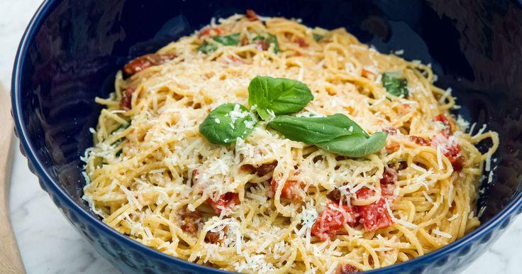 Enklare sätt att koka pasta finns inte! Ös ner alla ingredienser i en och samma kastrull och låt koka ihop till en krämig och smakrik pastarätt.