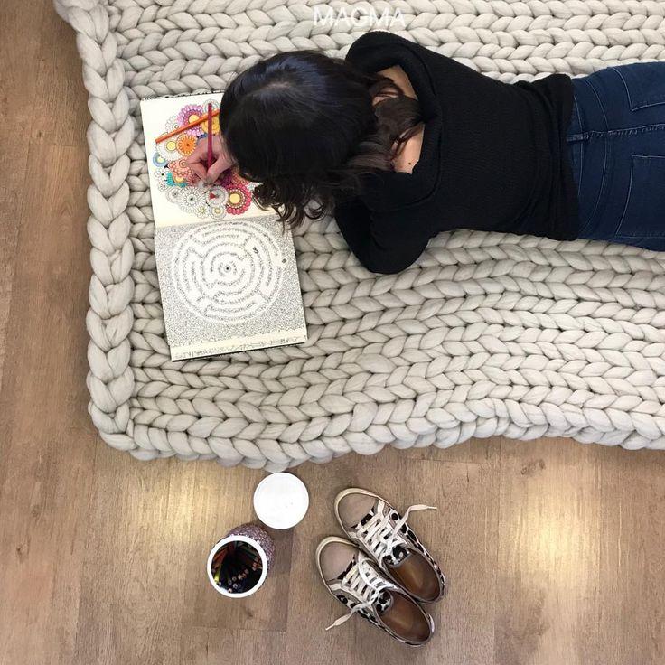 Aqui chove, o que vamos fazer? Vamos colorir nosso dia e nosso livro! 🖐🏼🐑🌋🔥 . .  Encomende o seu maxi tricot feito à mão.  #magmamerino #inverno #bedroom #myhome #frio #homesweethome #designdeinteriores #tricot #artesanal #moda #fashion #feitoamao #handmade #magma #friodosul #woolmerino #wool #la #decoracao #peseira #peseirasdecama