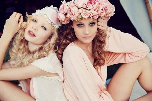 WILDFOX ROYAL ROMANCE  Nowy pachnący lookbook! Cudowne dziewczyny, aranżacje, rewelacyjne zdjęcia!  Więcej na Moda Cafe!