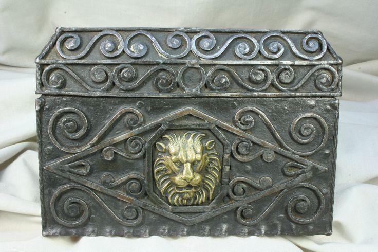 Caja de hierro con secreto. Cara de león. S.XX. Rara. Iron box with secret. Face of a lion. S.XX. Weird.