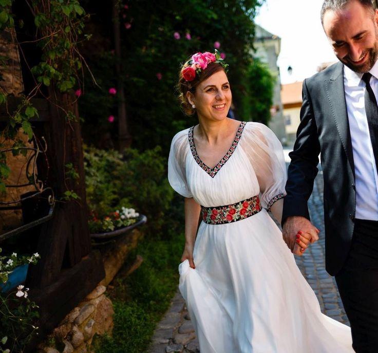 Demetria. Nunta traditionala romaneasca cu trandafiri brodati pe voal de matase naturala.Preturi:Rochita scurta1600 lei, Rochita lunga1700 lei