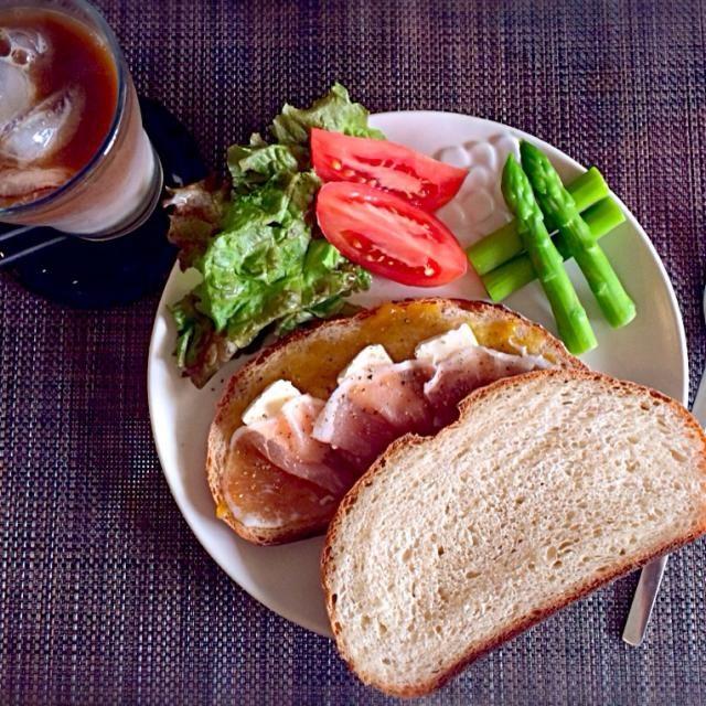 豆乳カンパーニュでサンドイッチにしました〜 梅ジャムは自家製です - 53件のもぐもぐ - 梅ジャム・カマンベールチーズ・生ハムのサンドイッチ by 有山