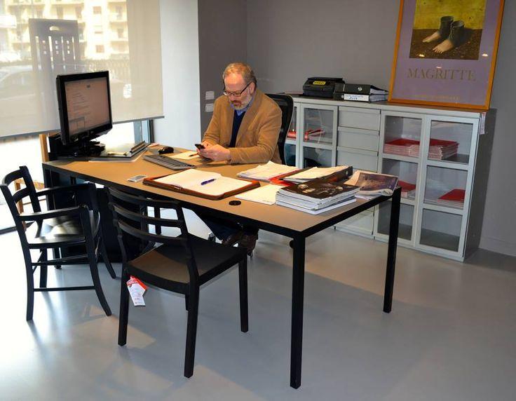Roberto al lavoro nei nuovi spazi.