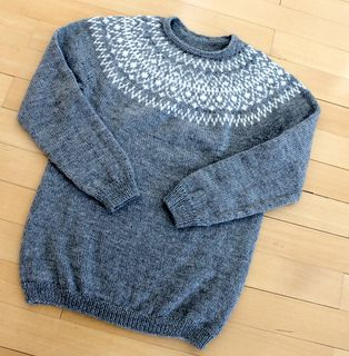 I did a little modifications on the pattern. I will add some more pictures of the friend of mine wearing it. She likes grey, everything must be grey…….