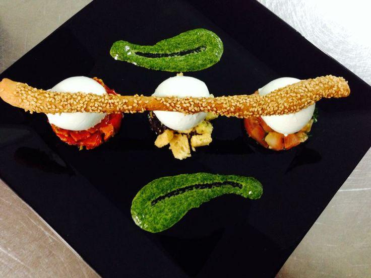 Insalata caprese con pomodori freschi e pomodorini confit - Caprese salad with fresh tomatoes and confit cherry tomatoes