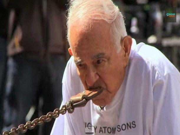 Tiene 93 años... y mira lo que hace con un carro de 3 toneladas