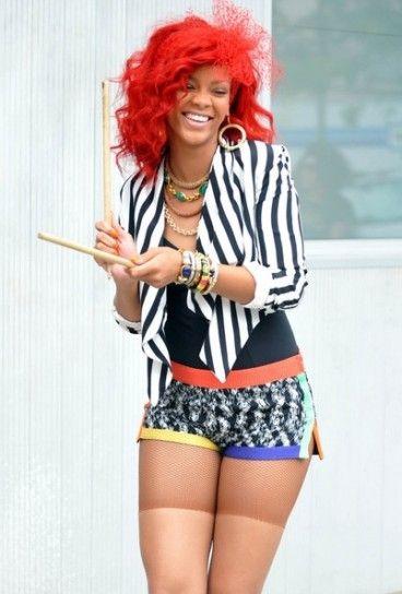 Rihanna ride mentre armeggia con le due bacchette