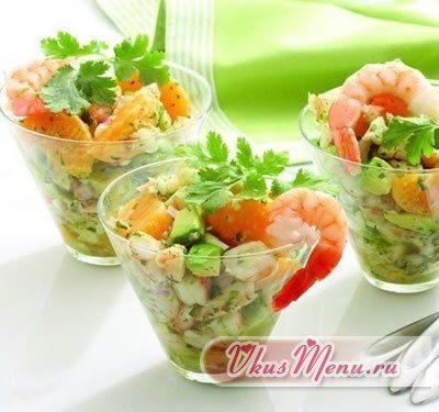 Салат из авокадо с креветками и помидорами
