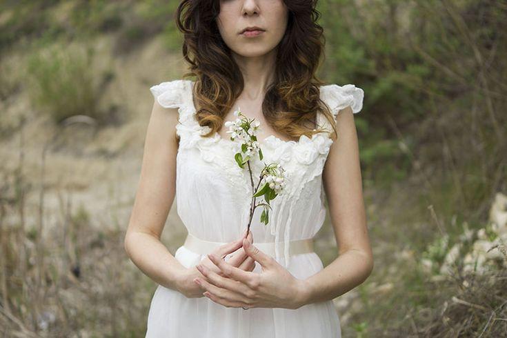 http://nocnymotyl.pl/blog/romantyczna-biala-sukienka