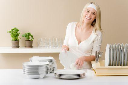 liquide vaisselle maison : 20 g de savon de Marseille en copeaux. 1/3 de litre d'eau 1 c. à café de bicarbonate de soude 1 c. à soupe de vinaigre blanc 5 gouttes d'hui...
