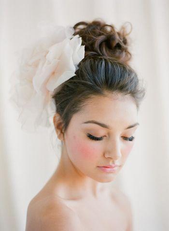 Fryzury ślubne, upięcia ze sztucznym kwiatem