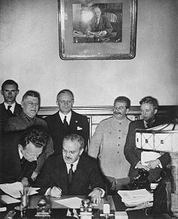 Pacto Mólotov-Ribbentrop, que estipulaba que no habría agresión entre los dos países durante diez años. . Finlandia quedó en la esfera de influencia soviética, mientras que Polonia debía ser dividida entre ambos. El 1 de septiembre del mismo año, Alemania invadió Polonia, y tres semanas después la Unión Soviética la invadió desde el este. De acuerdo con el pacto germano-soviético, Polonia fue dividida.