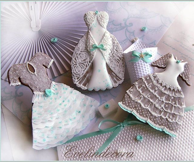 Wedding cookies  I wish you a sweet Friday!  #evelindecora #evelindecoracorsi #evelindecoracookies #cookieart #weddingcookies #weddingdress #gowndress #weddingidea #cookielove #cookiedecorating #biscotti #biscottidecorati #biscottiwedding #bomboniere #bombonierematrimonio #weddingfavors #icingcookies #royalicing #royalicingcookies #royalicingart #decoratedcookies #sugarcookies #decoratedsugarcookies #ghiacciareale #sposa2017 #bridetobe