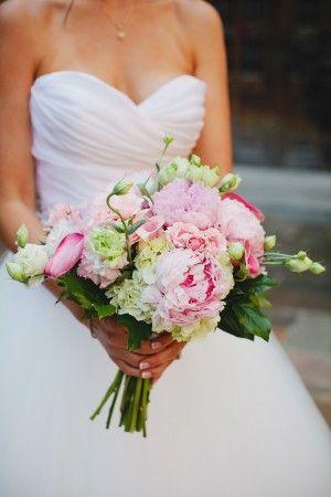 Prachtig romantisch bruidsboeket met groene en roze pioenrozen
