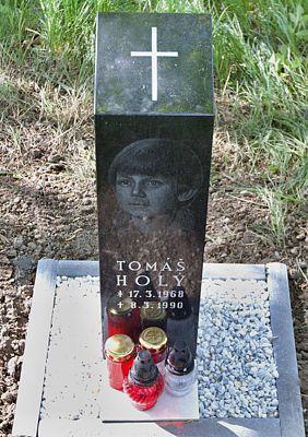 V místě, kde přišel Tomáš o život, má od letošního jara žulový pomník.