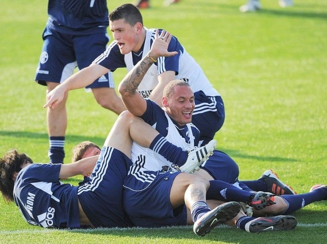 Jermaine Jones (right) fights with teammates at a ball Photo: DAPD  Picture 48 of 62  Since Wednesday is preparing the FC Schalke 04 in Qatar prior to the second round.