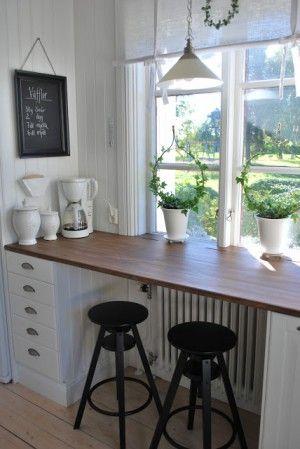 Schöne und kreative Idee für eine hohe Fensterbank, eine Bar im ländlichen Stil für die Küche.