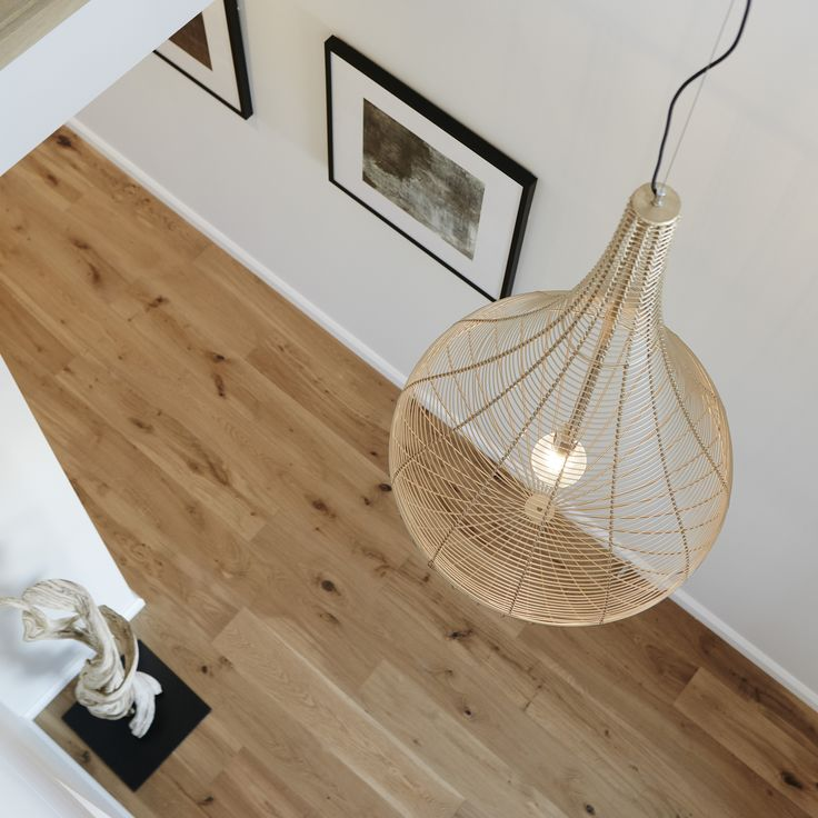 #pendantlight #openspace #highceiling #gold #rosegold #white #floorboards #sculpture #wallart #entrance