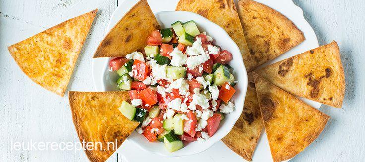 Frisse komkommer salade met krokante zelfgemaakte tortilla chips