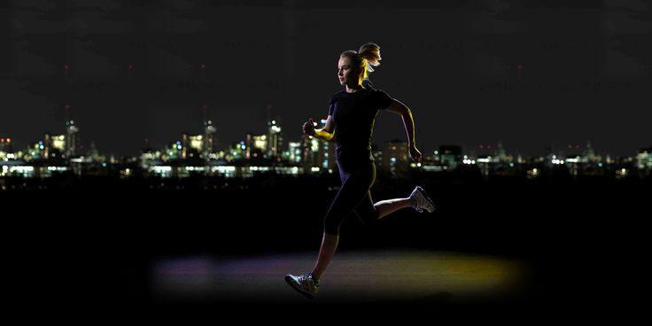 Het is weer vroeg donker. Dat is echter geen reden om je hardloopschoenen in de kast te laten staan. 5 tips om in het donker veilig te blijven lopen.