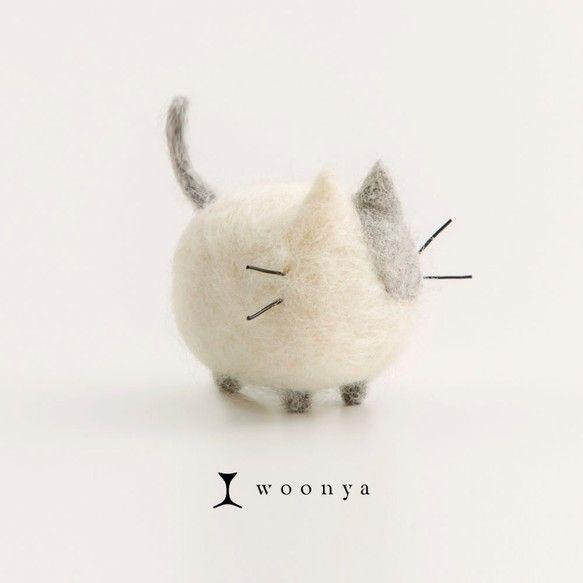"""「wool ・ nyanko」羊毛フェルトのフワフワにゃんこ、""""woonya""""。シンプルでも、かわいらしい命を感じられるカタチを目指し、一匹一匹丁寧にチクチクチクチクチクつくっています。机の上、玄関、テレビの上など、あなたのおうちにも一匹いかがですか?※woonya【Asymmetry】は、ぶち柄の日本猫をモデルにした既製品です。※色・柄を指定して世界に一つのオリジナルwoonyaを制作する サービスもございますので以下をご確認ください。 woonya【オーダーメイド】¥3,500 http://www.creema.jp/exhibits/show/id/474576※この商品はwoonya【Asymmetry】1体です。 その他のwoonyaシリーズはついてきません。※サイズは約W50 × D55 × H45 mmです。※ハンドメイド商品ですので、柄やサイズなどに個体差があります。 写真イメージと異なることがございますので、ご了承ください。※PCのご利用環境等により、写真の色の見え方は変化致します。…"""