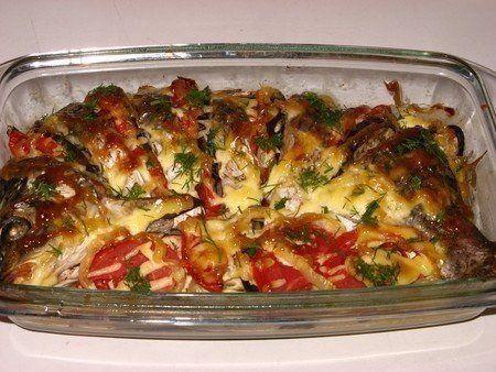 Карп, запеченный с овощами  Ингредиенты:  - карп - помидоры – 2 шт; - баклажаны – 1 большой или два средних; - сладкий перец – 2 шт; - картофель – 3 шт; - майонез; - соль и молотый перец по вкусу.  Приготовление:  Карпа потрошим, удаляем жабры, очищаем его от чешуи, плавники при этом срезать не надо. Промываем нашу рыбку под холодной проточной водой. Режем карпа на порции, голову при этом не выбрасываем. Натираем каждый кусочек солью и перцем, сбрызгиваем соком лимона и отставляем ненадолго…