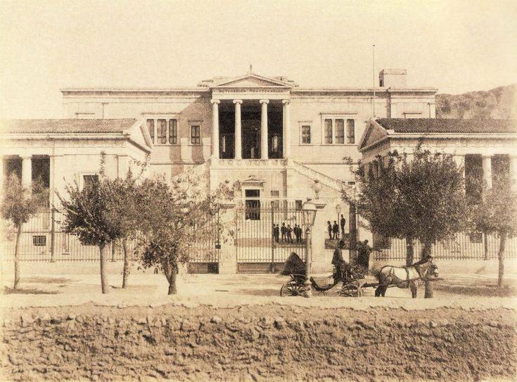 Το Πολυτεχνείο το 1900. Χωματόδρομος η Πατησίων.
