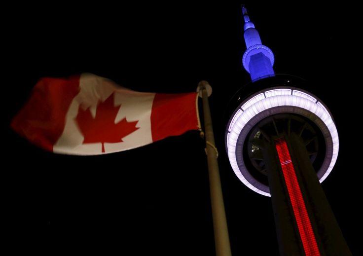 La tour CN, à Toronto, au Canada, a revêtu les couleurs du drapeau français le 13 novembre 2015 | REUTERS/Chris Helgren