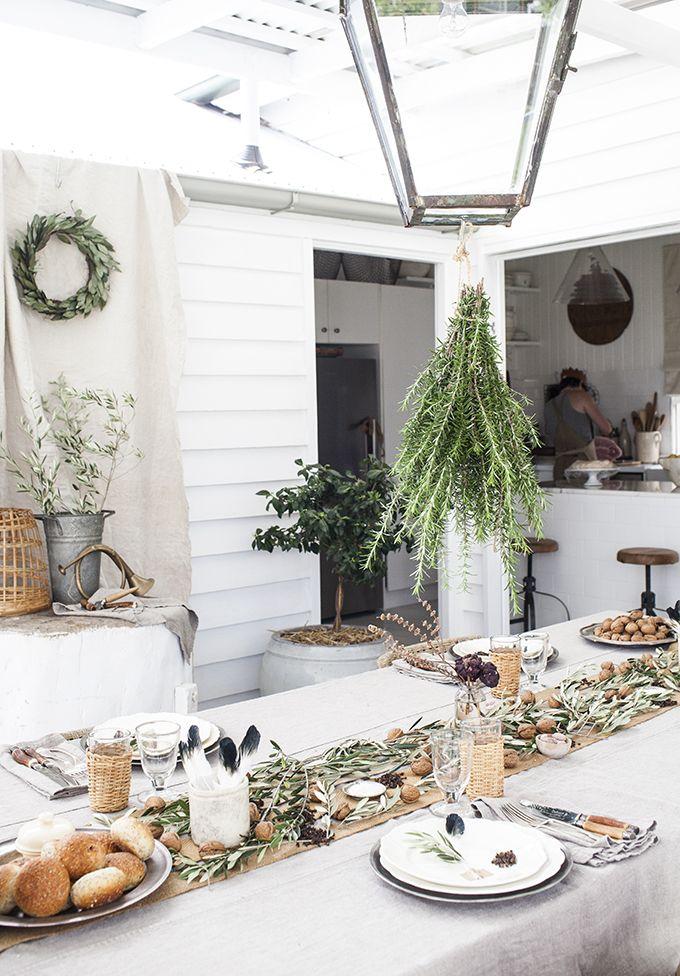 Se acerca la época navideña, aquí una muy buena idea para decorar la mesa de navidad con plantas verdes, como ramas de olivo.