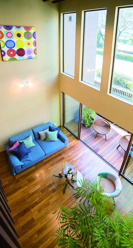 【リビング】ウッドデッキのテラスと連続したリビングルーム。フロアーは高級床材の代名詞・チークで仕上げました。|インテリア|ナチュラル|コーディネート|デザイン|おしゃれ|吹き抜け|モダン|