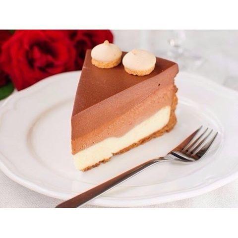 """Торт """"Три шоколада""""  Ингредиенты: (Объем стакана — 250 мл)  Песочное печенье — 300 г Масло сливочное — 125 г Листы желатина — 5 шт. Творожный сыр — 750 г Сахар — 0,5 стак. Сливки 33% — 300 мл Шоколад белый — 200 г Шоколад молочный — 200 г Шоколад темный — 200 г Вода — 0,25 стак.  Приготовление:  1. При помощи кухонного комбайна измельчите в крошку шоколадное печенье. Добавьте растопленное сливочное масло и тщательно перемешайте. Круглую форму диаметром 22 см слегка смажьте. Из песочной…"""