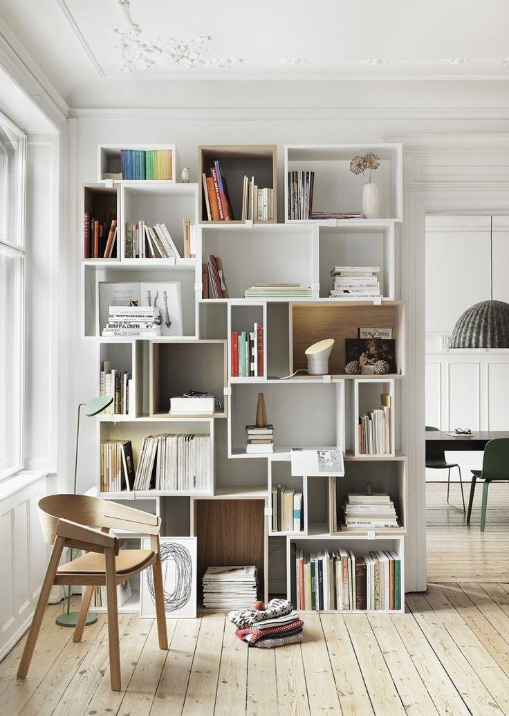 Ik ben dol op deze zelf te maken bibliotheek van witte bakken.Meer leuke opbergmeubels voor een leuk en slim ingericht huis op de blog#sweethomesmartlife - #home #interiordesign #bookshelf #DIY #boxes