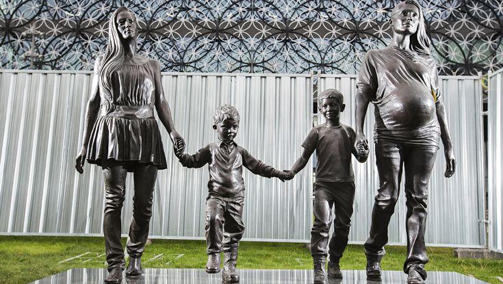 «Настоящая Бирмингемская семья», 2014 Современная скульптура Джиллиан Уэринг (англ. Gillian Wearing, р. 1963) – английская художница, фотограф. Представительница группы Молодые Британские Художники (#YBA). Обладатель премии Тернера 1997 года.   Больше информации: http://contemporary-artists.ru/Gillian_Wearing.html